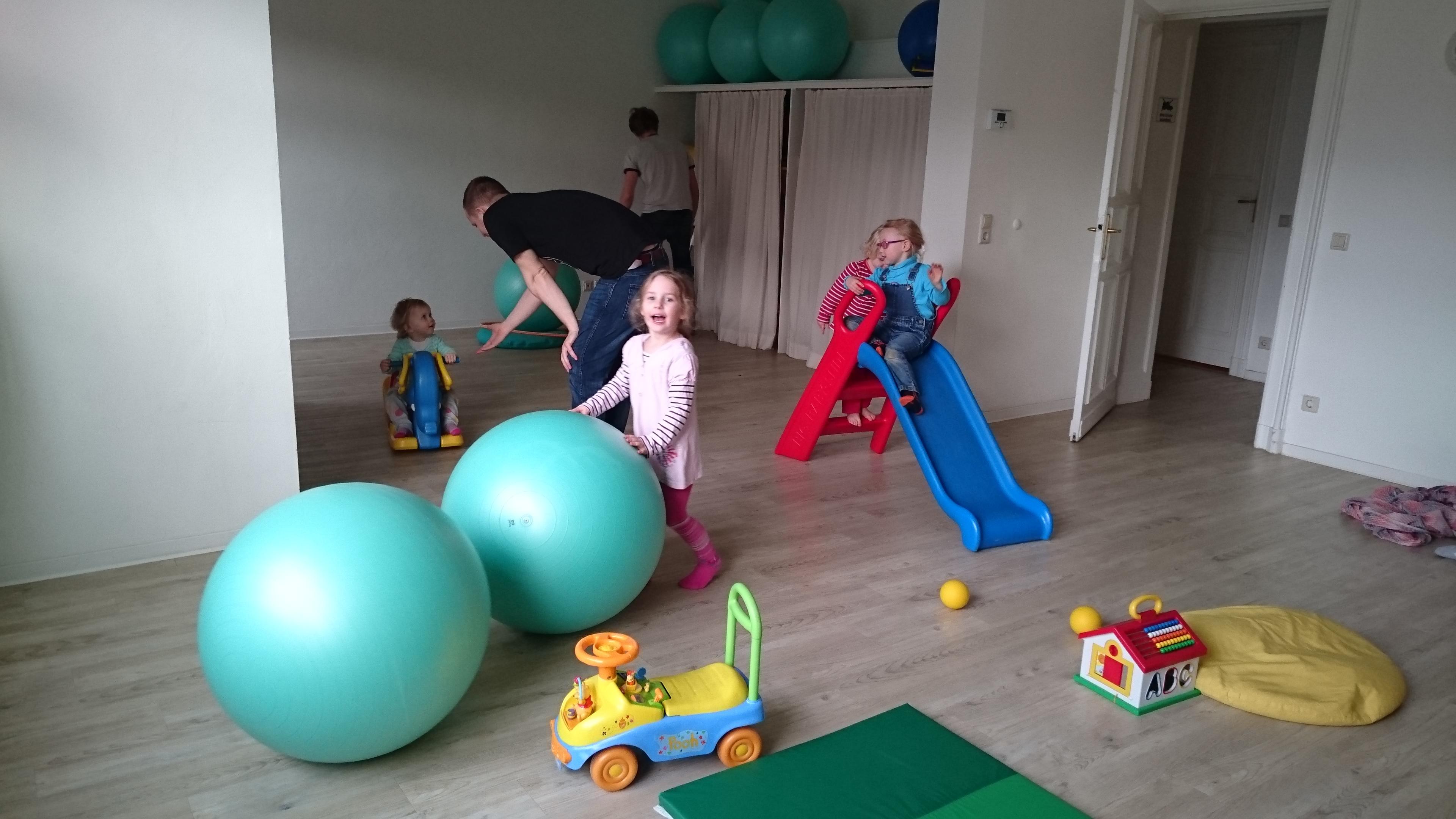 Kinder im Bewegunsraum beim Sportmachen im Familientreff